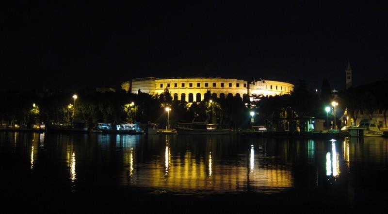 Пула амфитеатр ночью