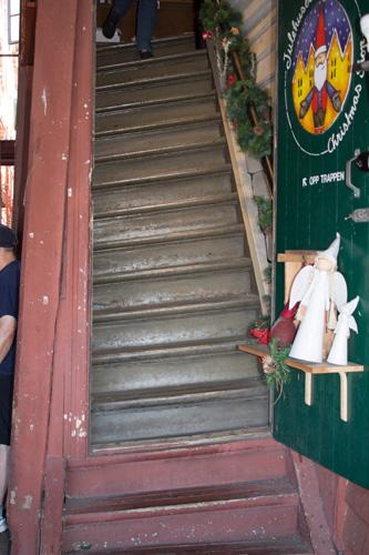 покосившаяся лестница