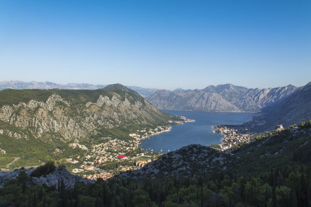 Вид сверху на Котор и Которскую бухту.